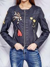 Skórzana kurtka o klasycznym kroju z naszywkami granatowa