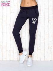 Spodnie dresowe granatowe z napisem LOVE