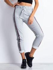 Spodnie dresowe jasnoszare z lampasami i troczkami