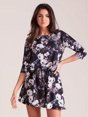 Sukienka czarna w roślinne wzory z marszczeniem w talii