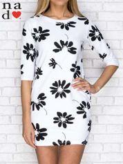 Sukienka dresowa w duże kwiaty z kieszeniami biała