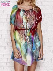 Sukienka mgiełka w kolorowe wzory z paskiem i aplikacją