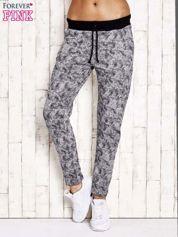 Szare ocieplane spodnie dresowe z marmurkowym nadrukiem