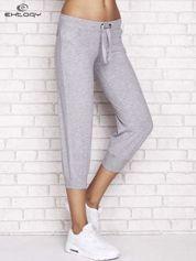 Butik Szare spodnie dresowe capri z dżetami i troczkiem