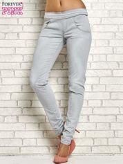 Szare spodnie z przeszyciami i fuksjową gumką w pasie