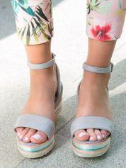 Szare zamszowe sandały zapinane na kostce z kolorową plecioną podeszwą