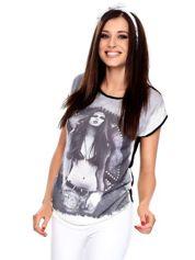 Szaro-czarny t-shirt z nadrukiem i aplikacją