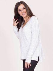 Szary luźny sweter z dekoltem w serek