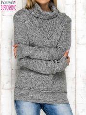 Szary melanżowy sweter z golfem