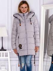 Szary płaszcz zimowy z naszywką