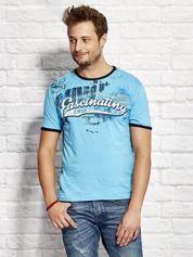 T-shirt męski z motywem urban print jasnoniebieski