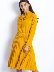 Żółta sukienka z plisami