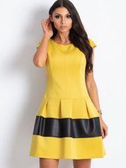 Żółta sukienka z transparentną wstawką na plecach