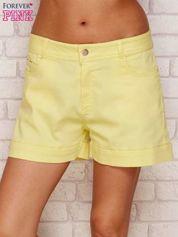 Żółte szorty z podwijanymi nogawkami