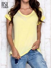 Żółty asymetryczny t-shirt z trójkątnym dekoltem