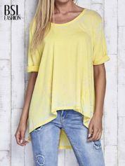Żółty t-shirt acid wash z szerokim asymetrycznym dołem