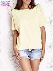 Żółty t-shirt z kolorowymi pomponikami przy dekolcie