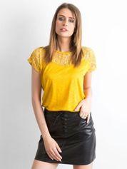 Żółty t-shirt z koronkowym dekoltem