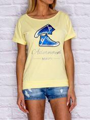 Żółty t-shirt z trampkami