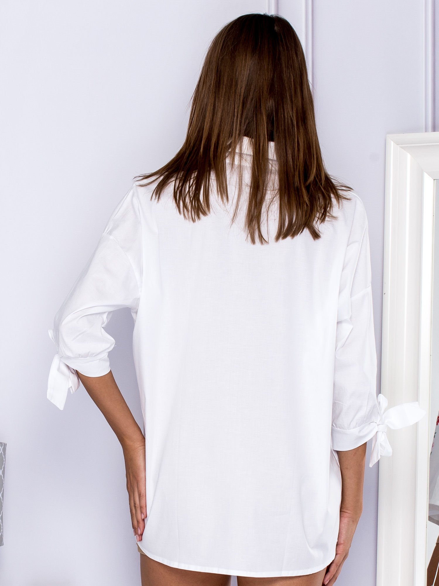e942ee4cc59a Bawełniana koszula oversize z kwiatową aplikacją biała - Koszula w ...