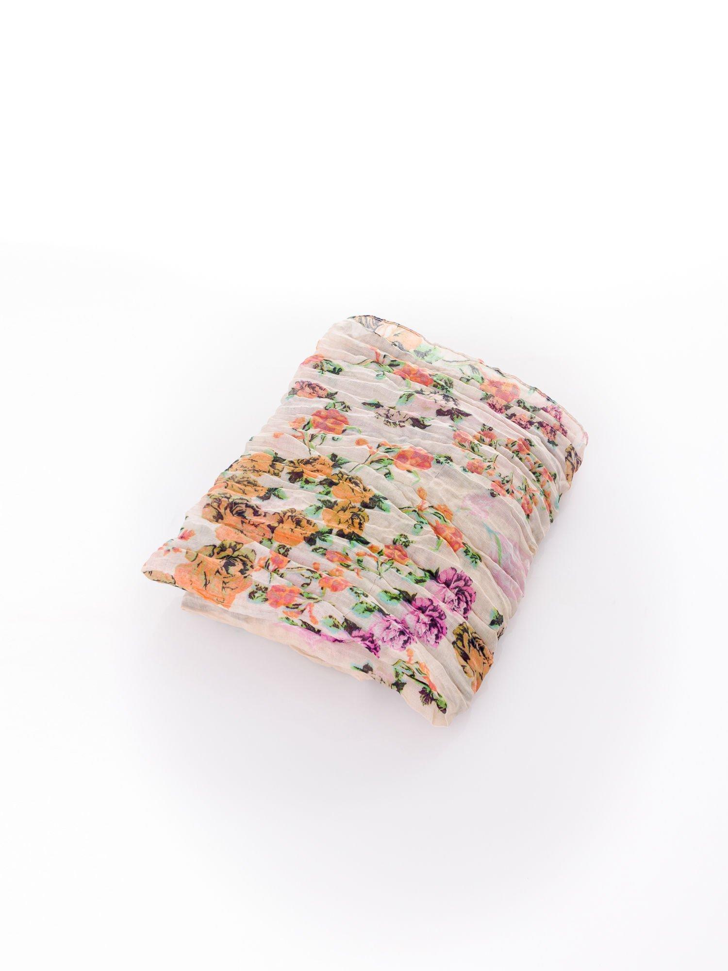 Beżowa chusta w patchworkowe wzory                                  zdj.                                  3