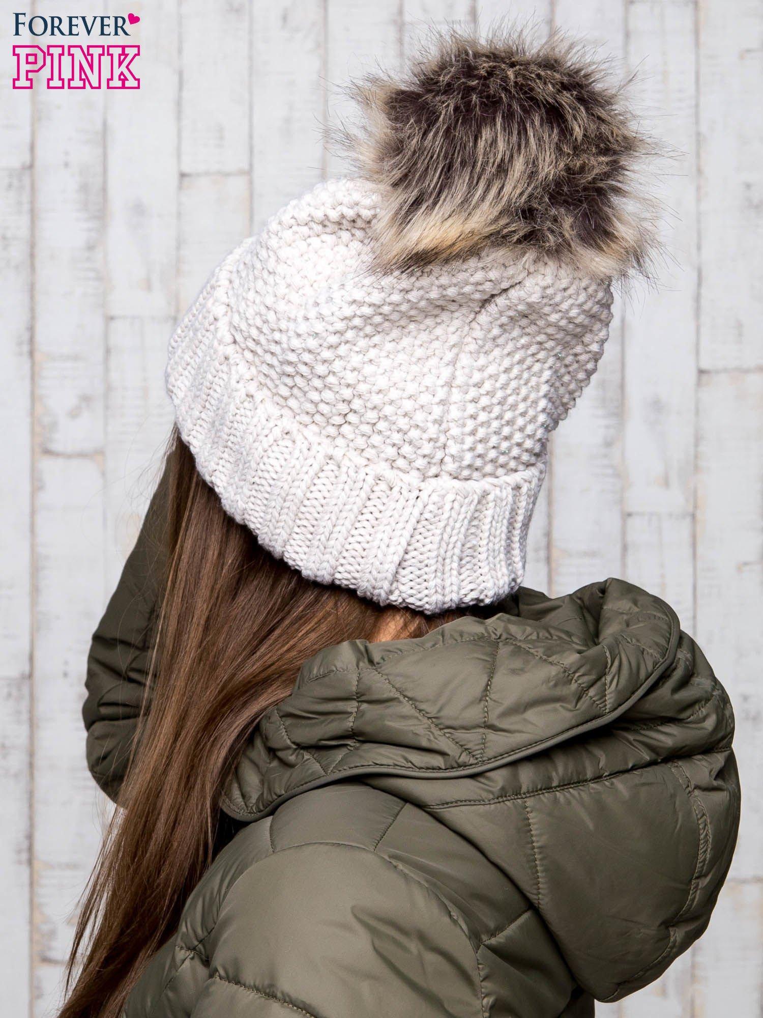 Beżowa czapka ze srebrną nitką i futrzanym pomponem                                  zdj.                                  3