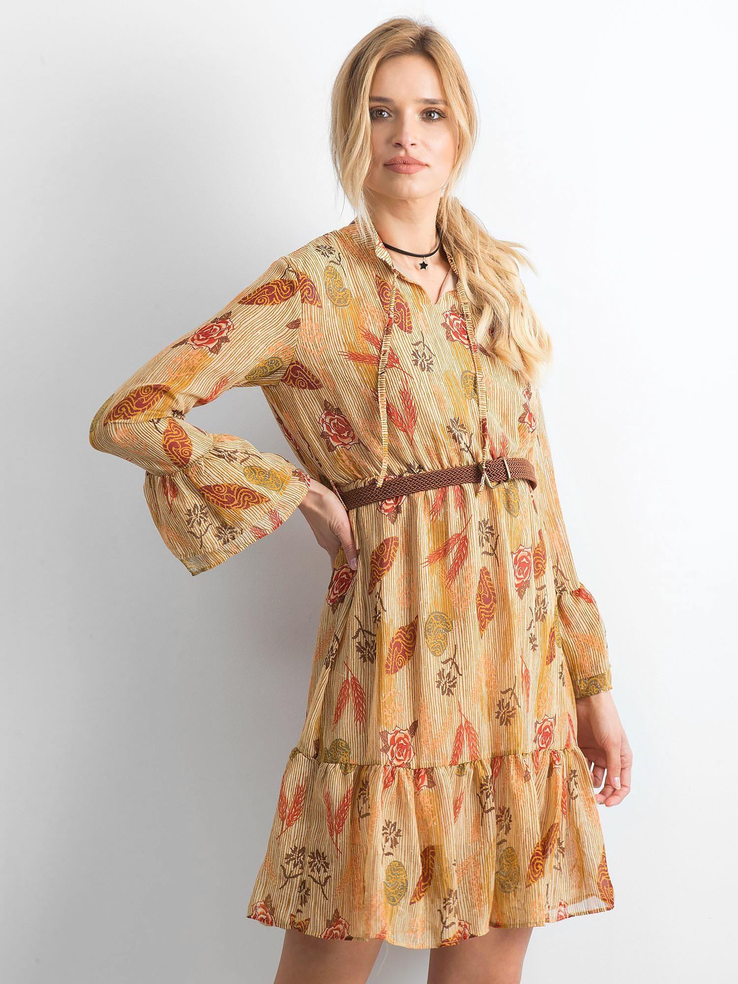 5560431ae5 Beżowa sukienka we wzory z falbaną - Sukienka z printem - sklep ...