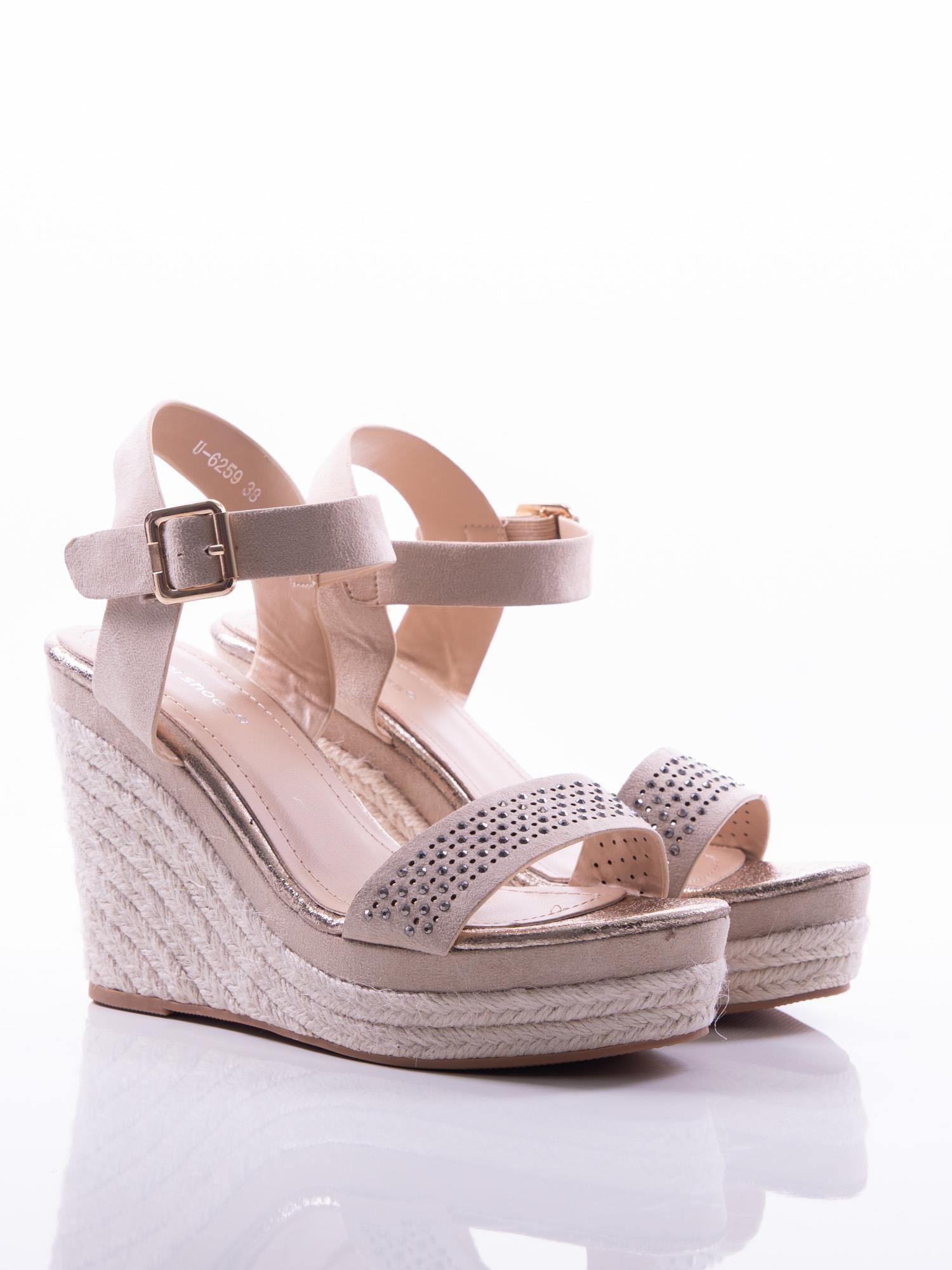 e9838e47673b00 ... Beżowe sandały na koturnach z ażurowym paskiem na przodzie i  błyszczącymi kamieniami, zapinane na pasek ...