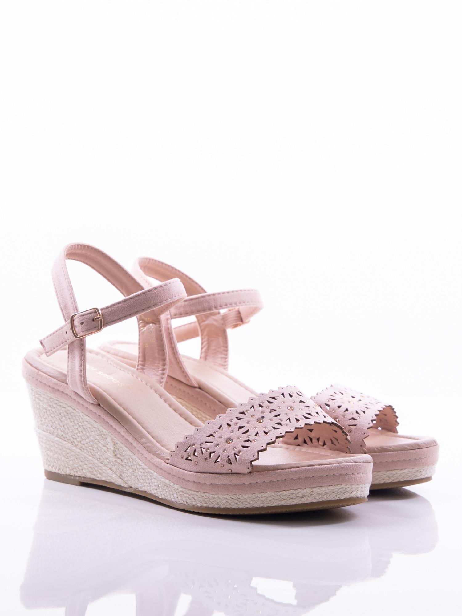 ce71608fb6618 Beżowe sandały na koturnach z ażurowym wzorem na przodzie cholewki i  złotymi cyrkoniami - Buty Koturny - sklep eButik.pl