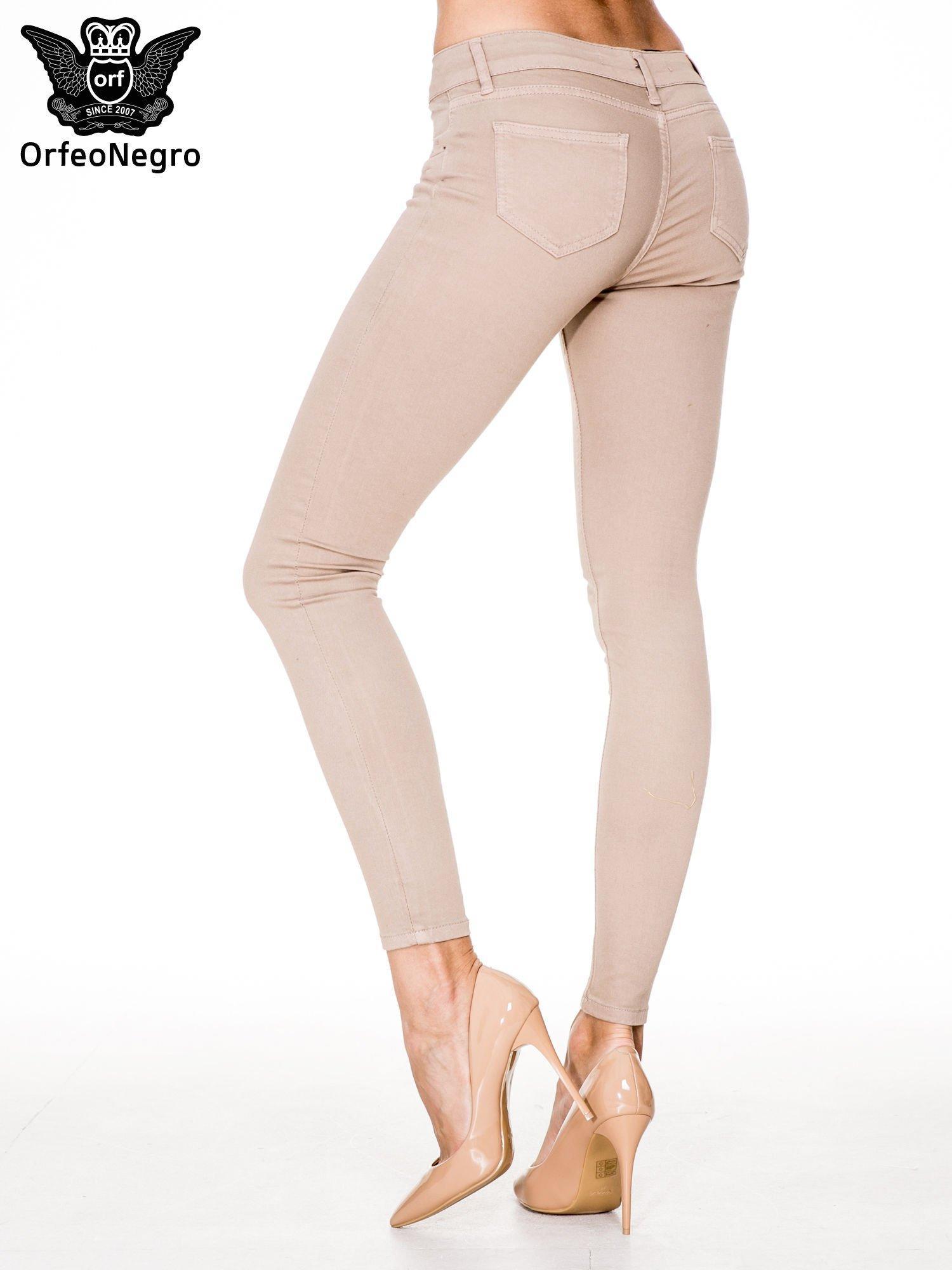 Beżowe spodnie typu skinny z elastycznego materiału                                  zdj.                                  2