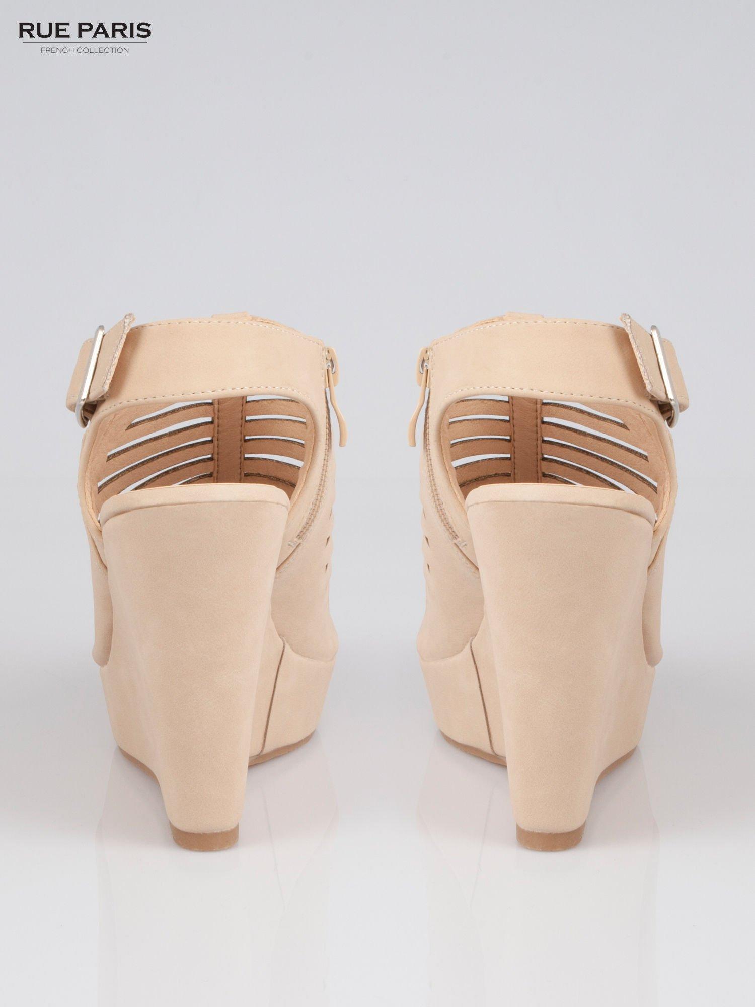 Beżowe zamszowe sandały na koturnie                                  zdj.                                  3