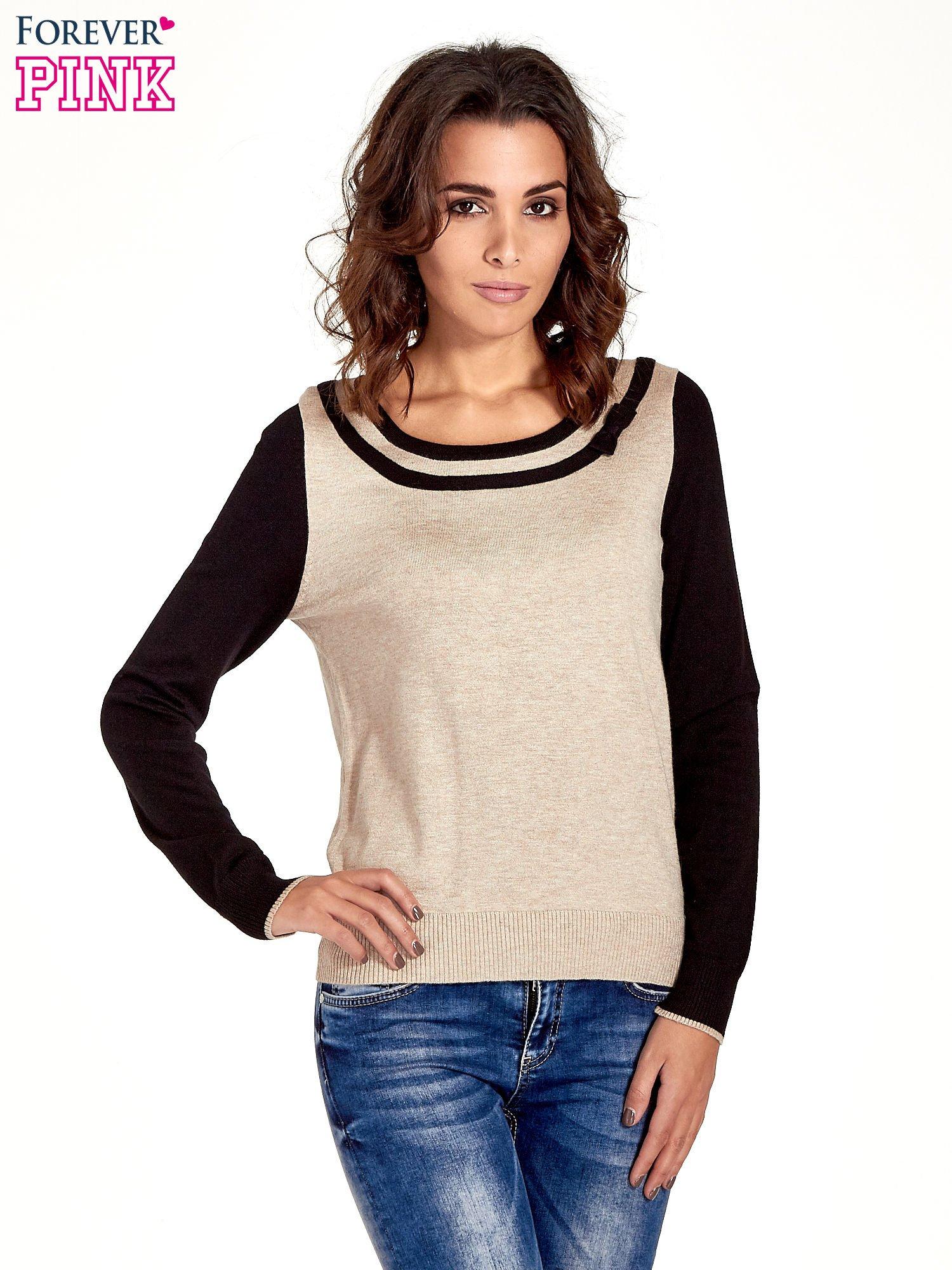Beżowo-czarny sweter z ozdobnym dekoltem w łódkę                                  zdj.                                  1