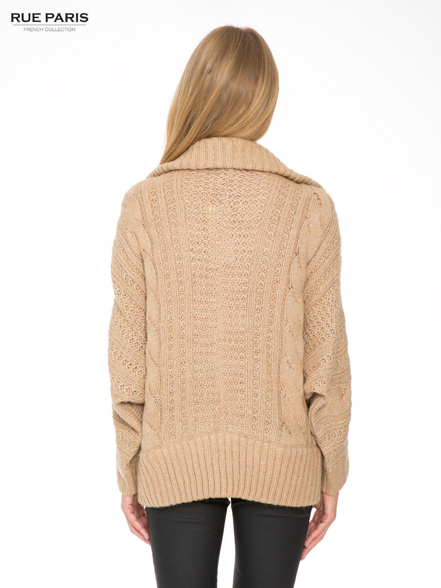 Beżowy dziergany sweter typu kardigan przeplatany błyszczącą nicią                                  zdj.                                  4
