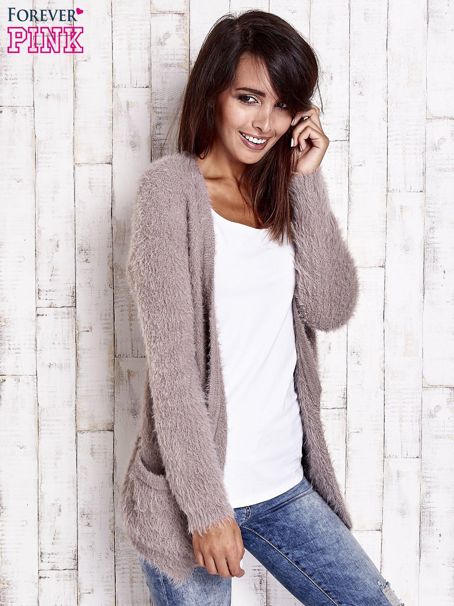 Beżowy puszysty sweter z bocznymi kieszeniami                                  zdj.                                  2