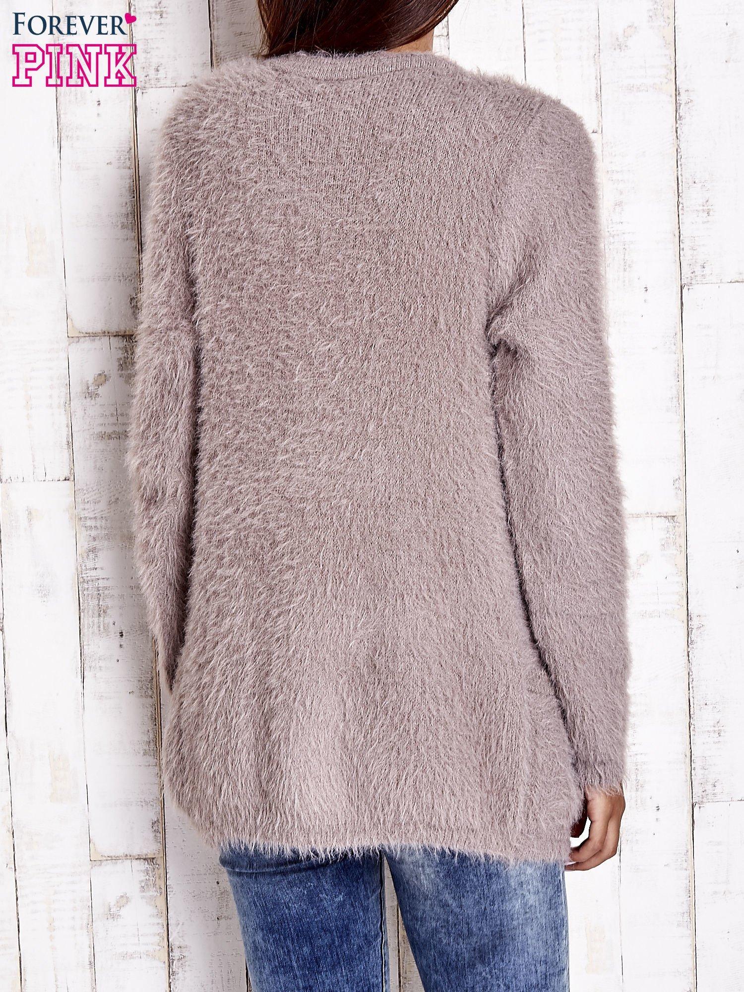 Beżowy puszysty sweter z bocznymi kieszeniami                                  zdj.                                  6