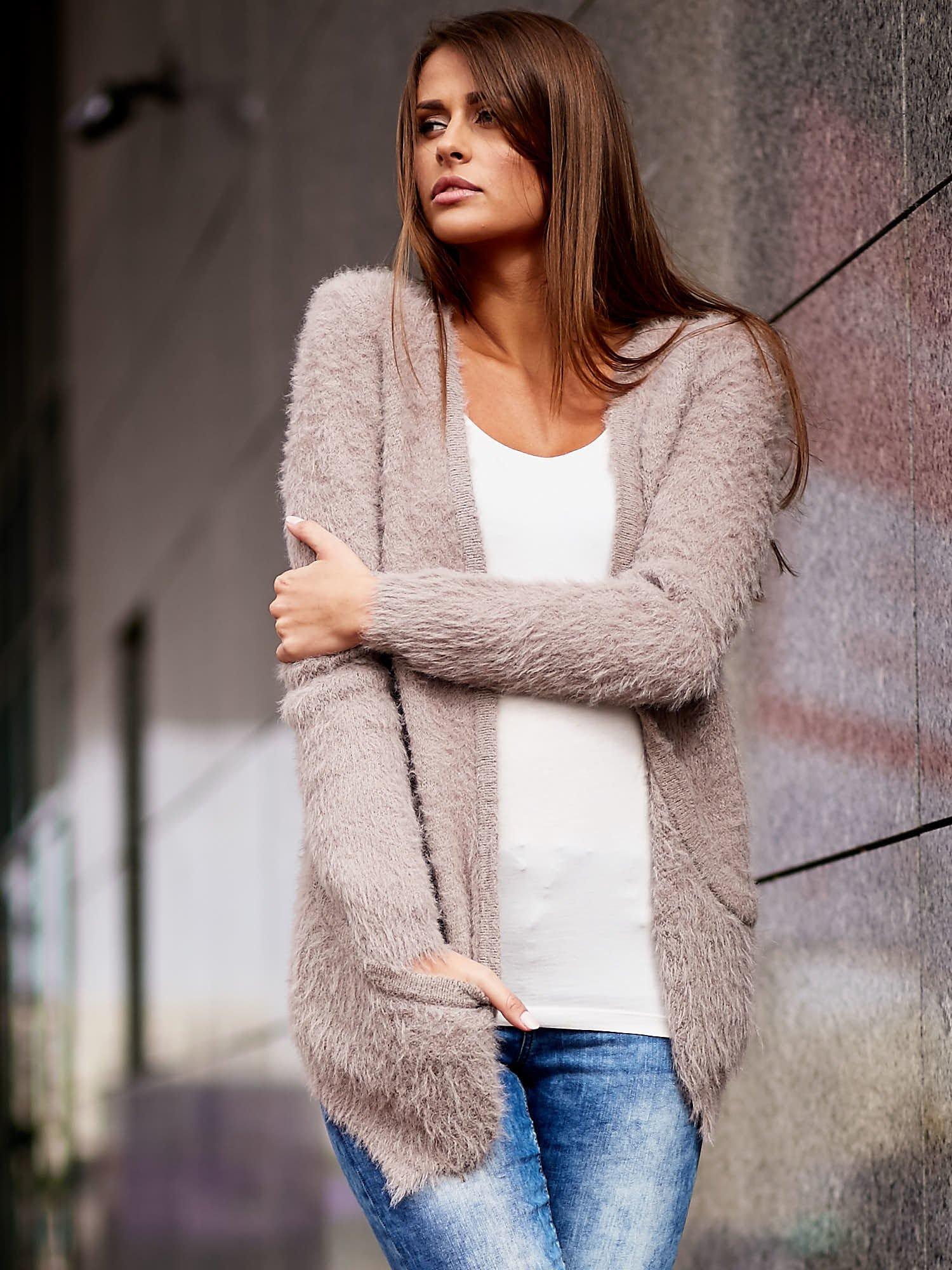 Beżowy puszysty sweter z bocznymi kieszeniami                                  zdj.                                  1