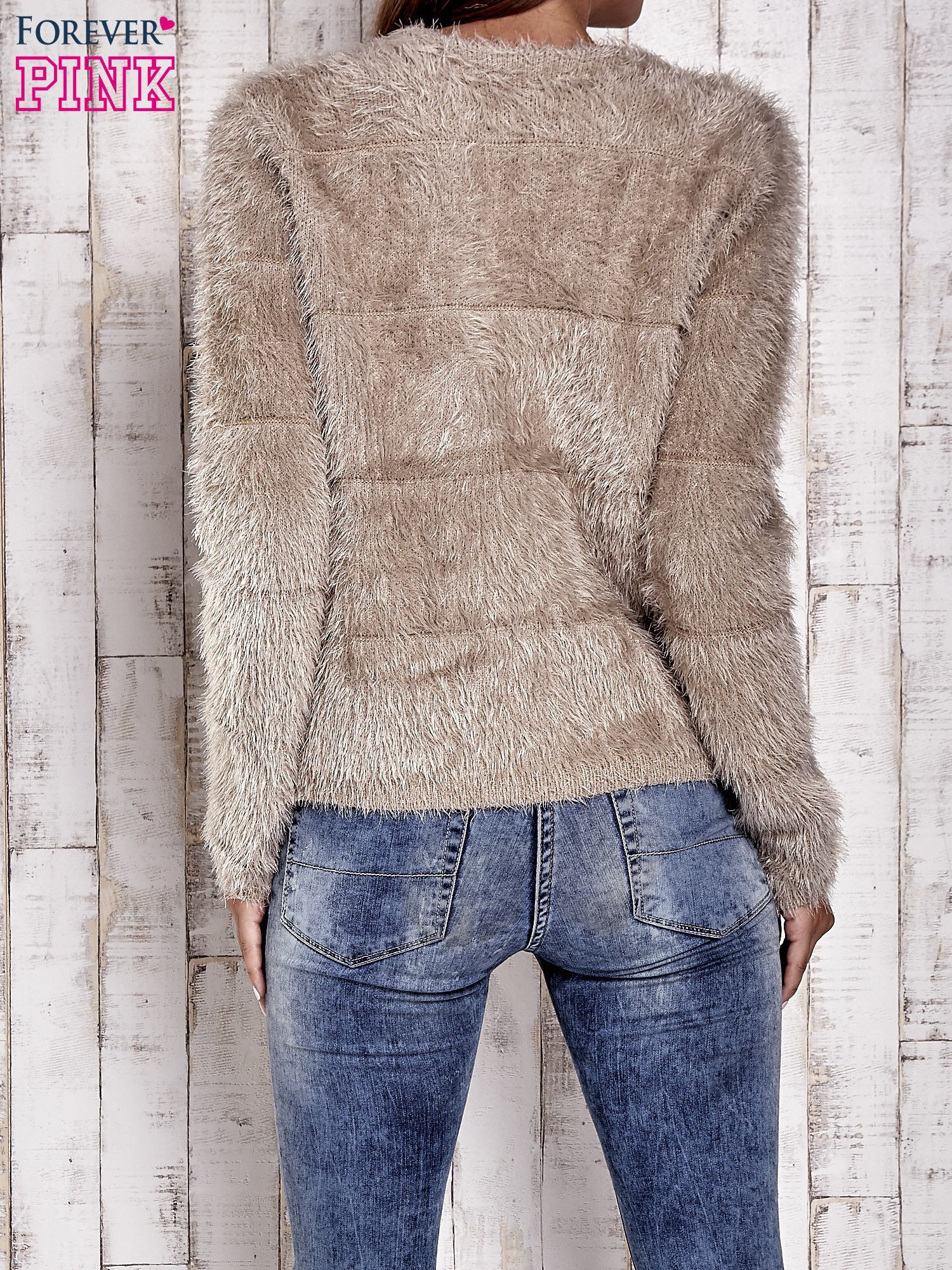 Beżowy puszysty sweter zapinany na suwak                                  zdj.                                  4