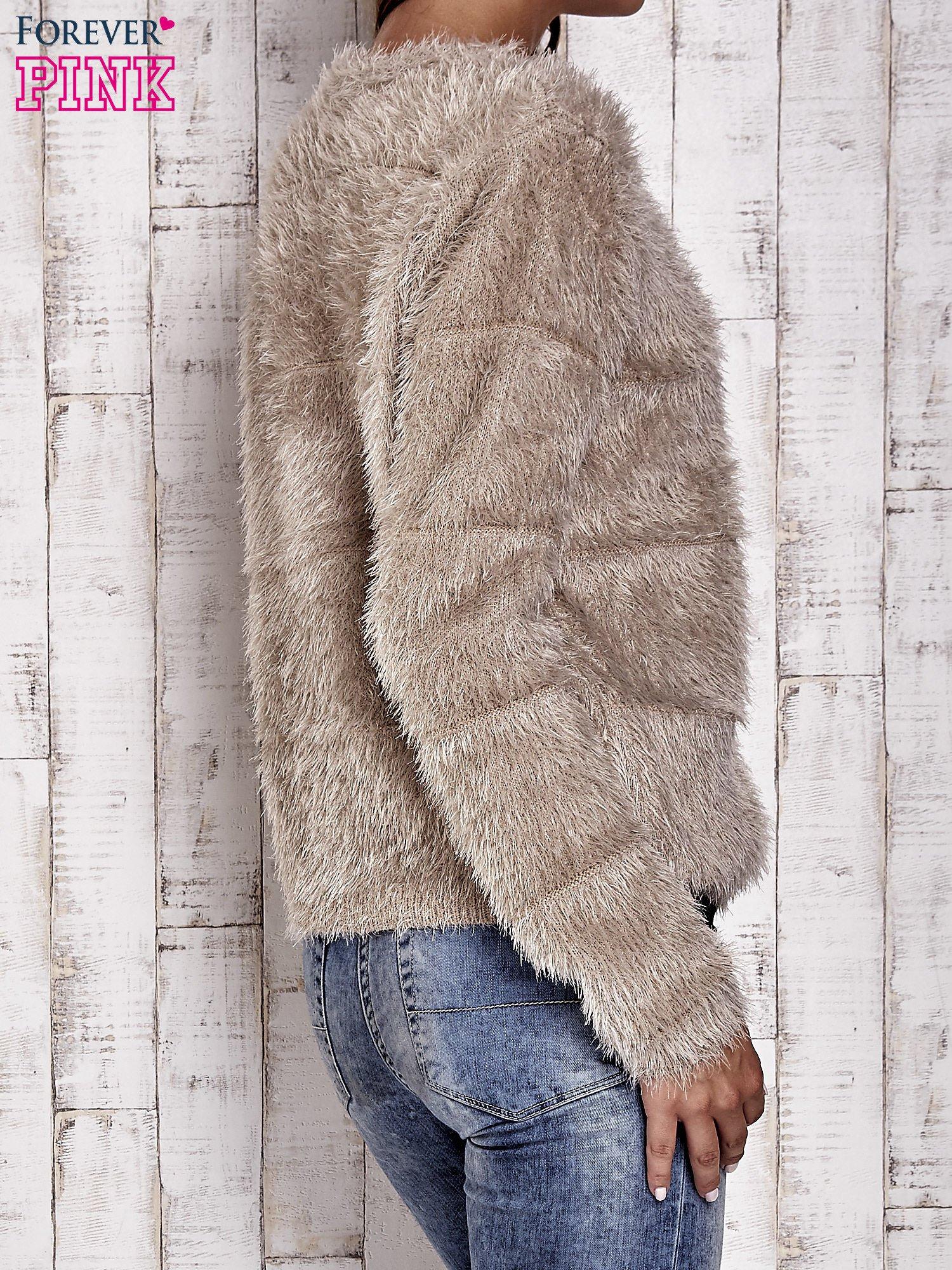 Beżowy puszysty sweter zapinany na suwak                                  zdj.                                  5