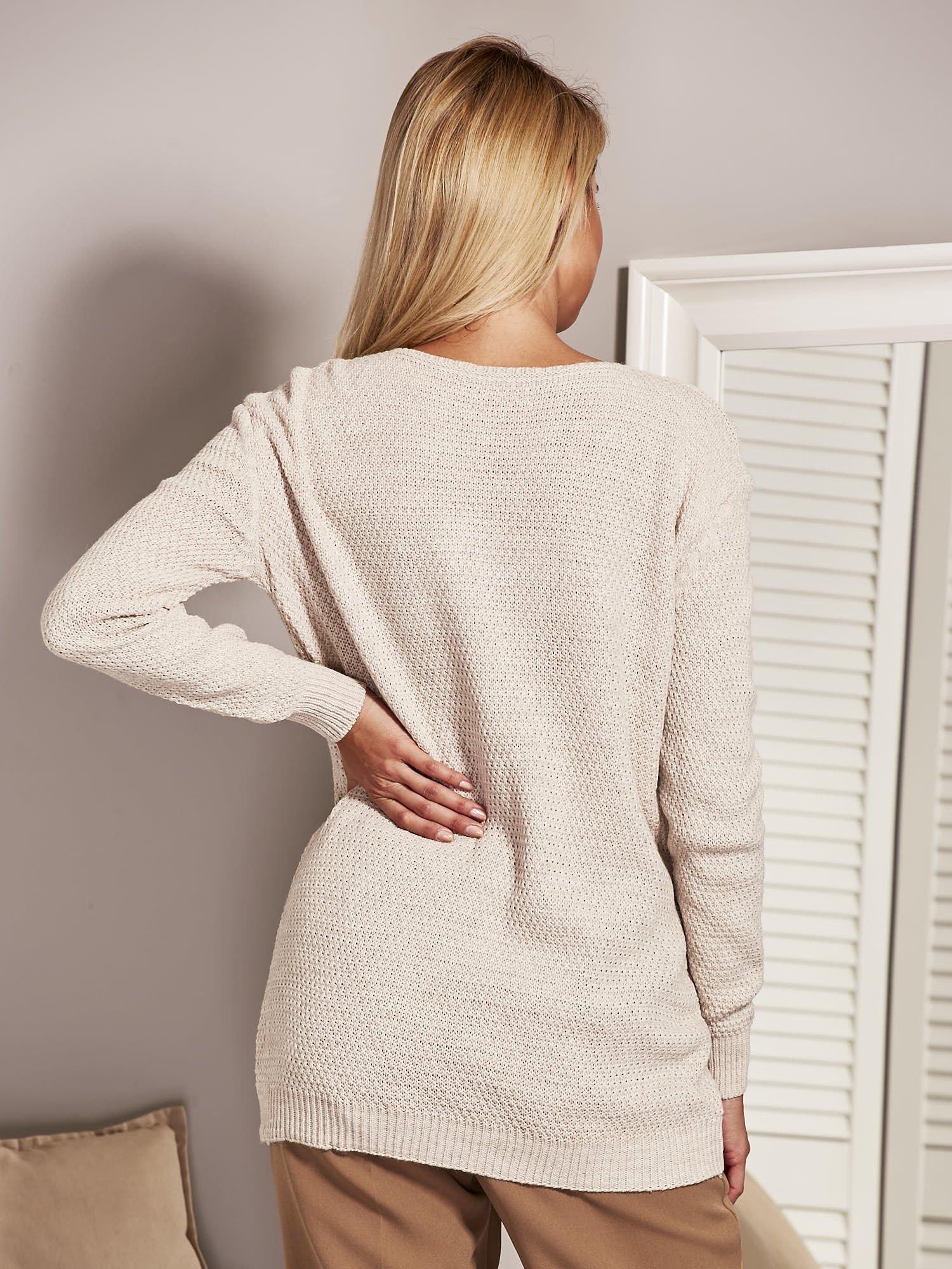 0ab44ef22d61 Beżowy sweter damski z aplikacją z perełek - Sweter klasyczny ...