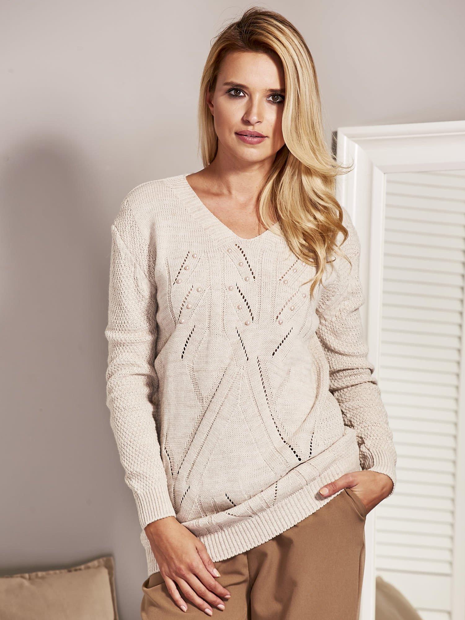 91fb80e01549 Beżowy sweter damski z aplikacją z perełek - Sweter klasyczny - sklep  eButik.pl