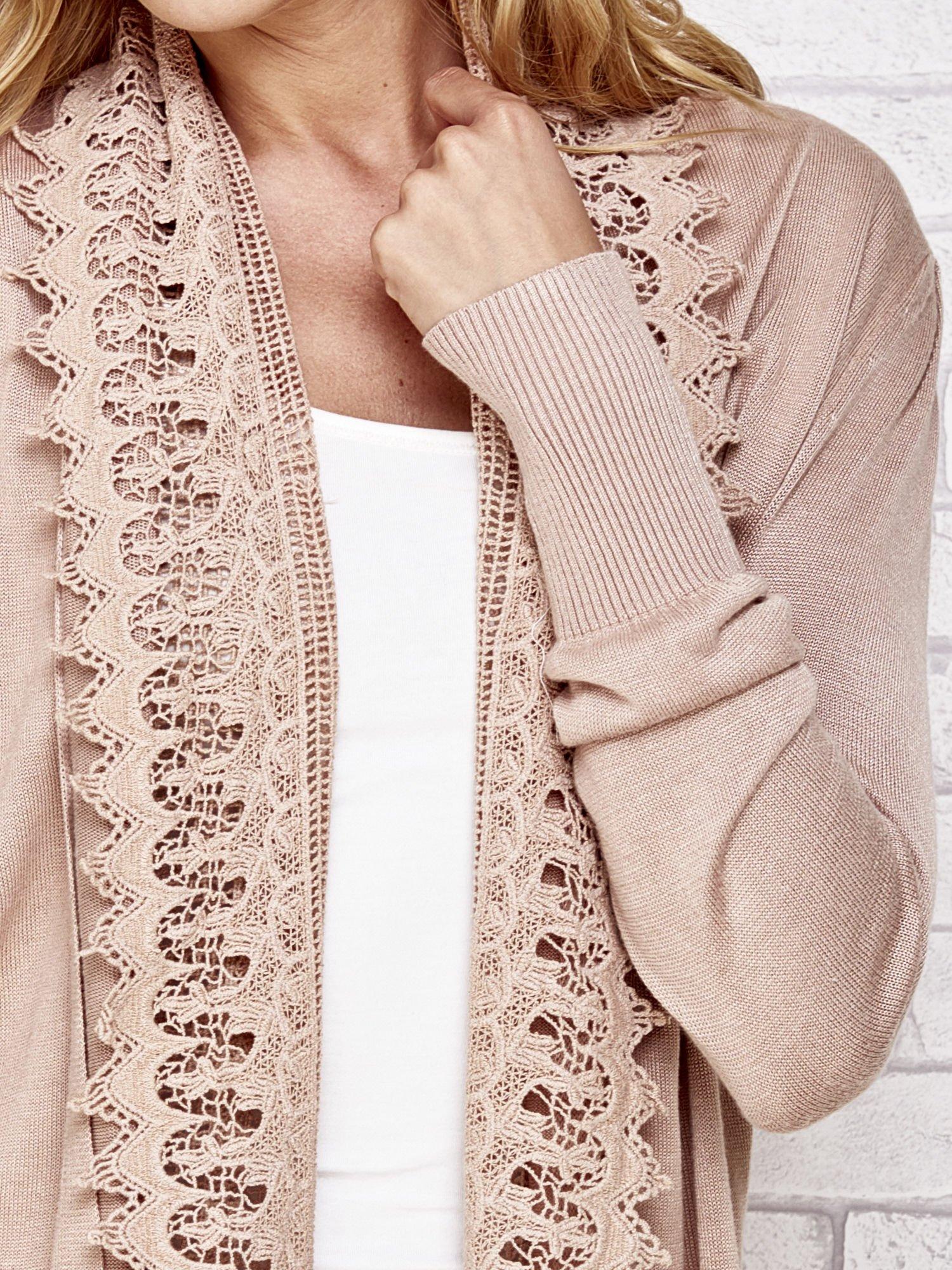 Beżowy sweter kardigan z ażurowym przodem                                  zdj.                                  3