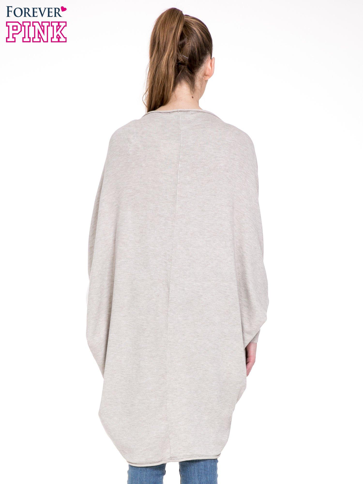 Beżowy sweter narzutka z nietoperzowymi rekawami                                  zdj.                                  4