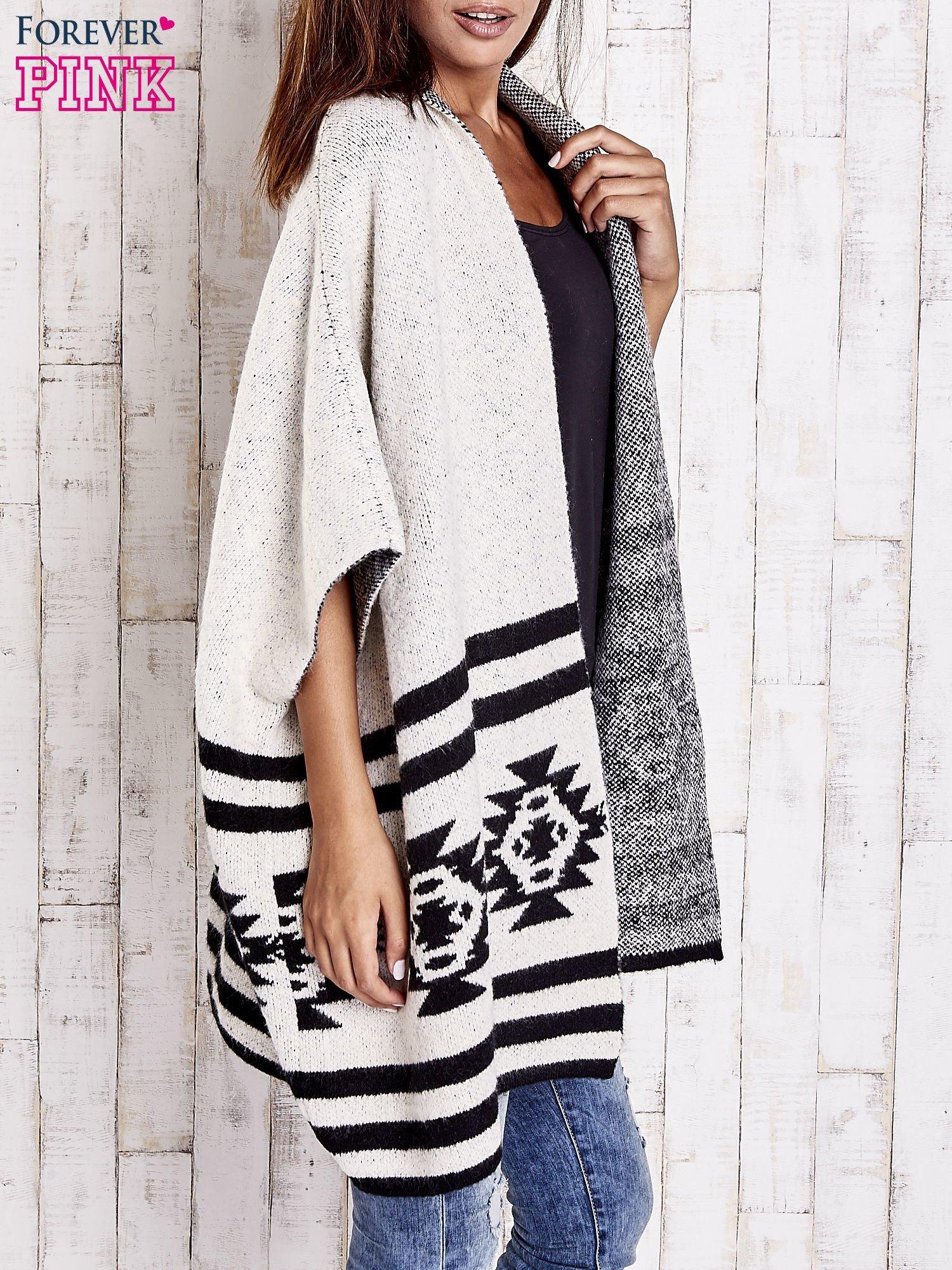 Beżowy sweter oversize w azteckie wzory                                  zdj.                                  3