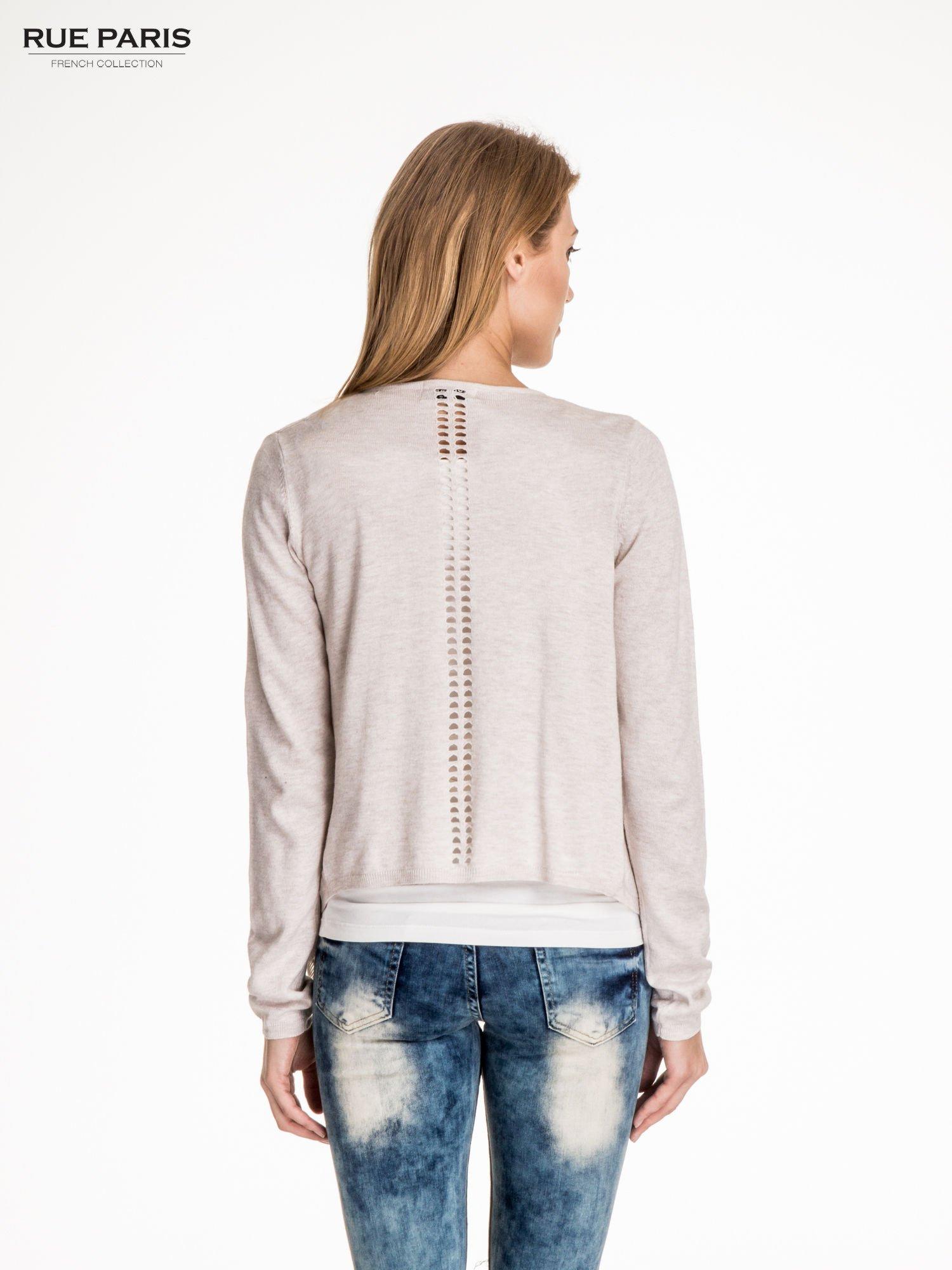 Beżowy sweter z kaskadowymi bokami i oczkami                                  zdj.                                  2