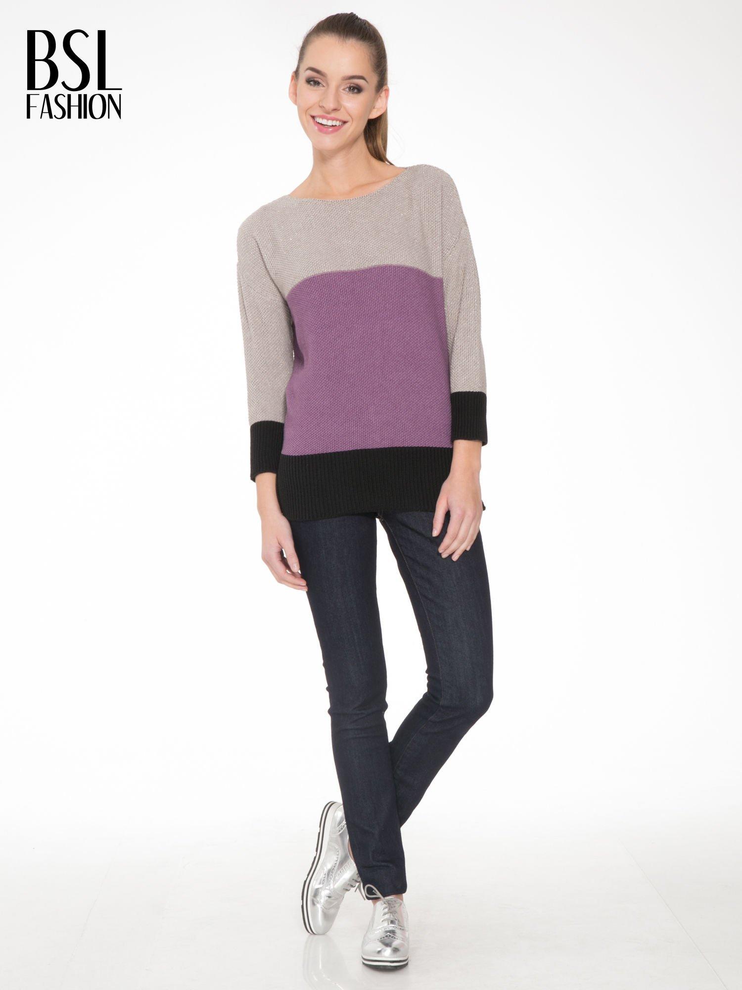 Beżowy sweter z modułami przeplatany błyszczącą nicią                                  zdj.                                  2