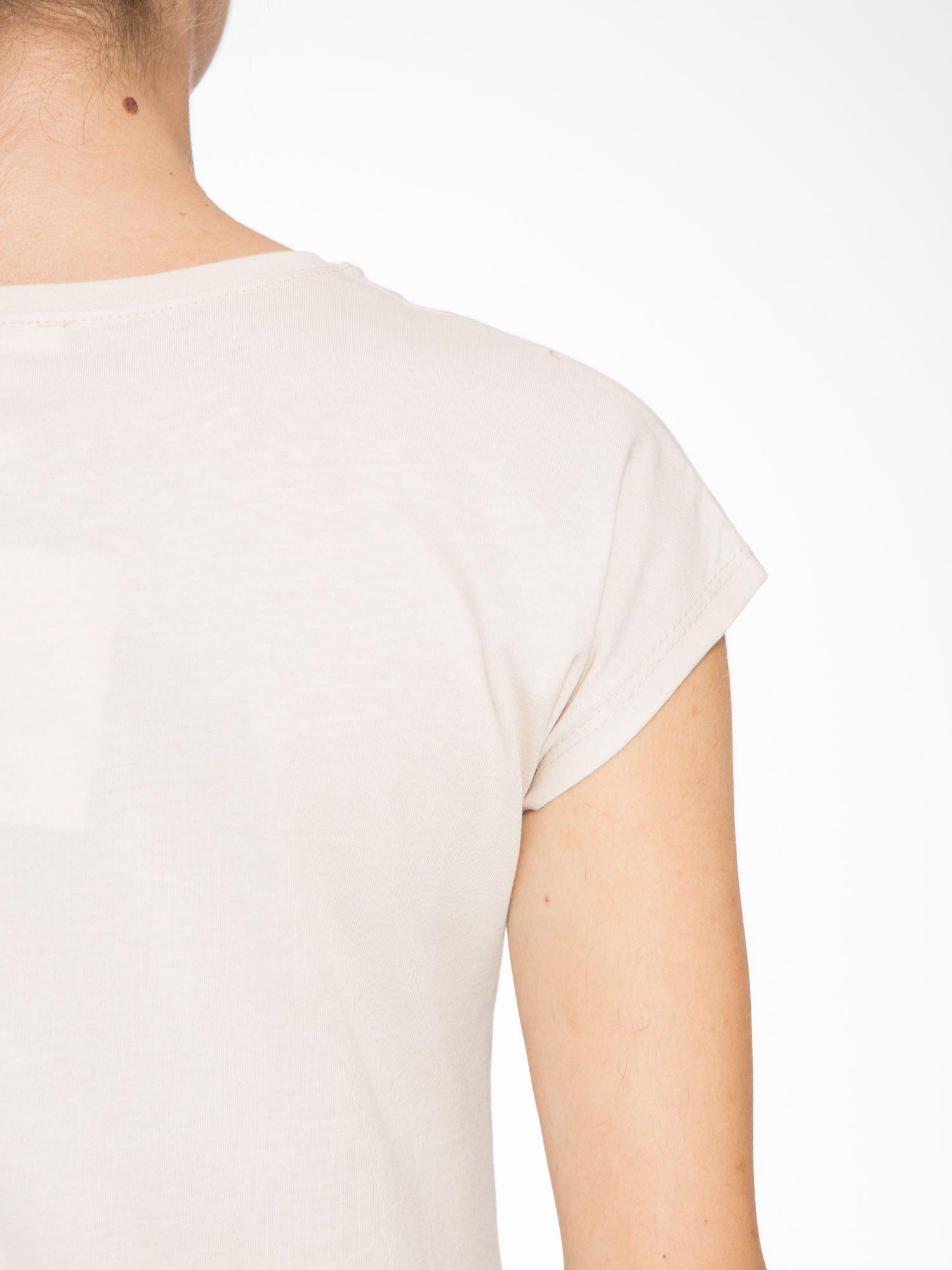 Beżowy t-shirt z fotografią drogi i napisem ADVENTURE                                  zdj.                                  8