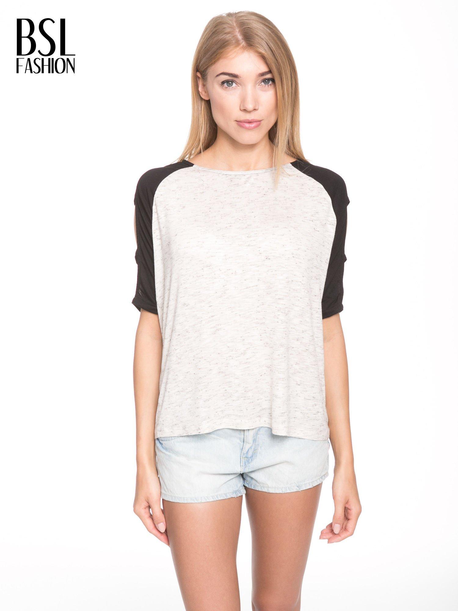 Beżowy t-shirt z kontrastowymi rękawami cut out                                  zdj.                                  1