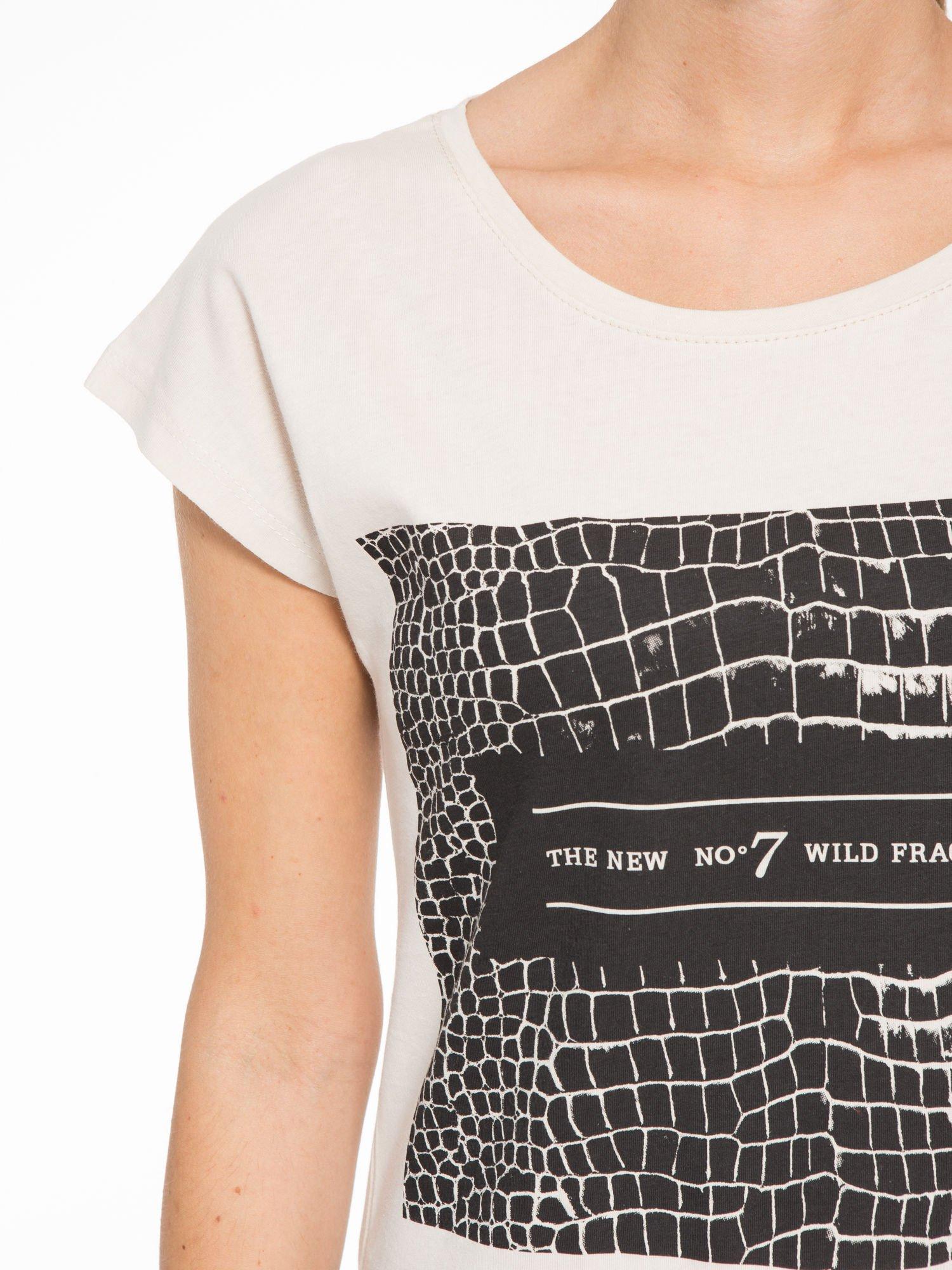 Beżowy t-shirt z motywem zwierzęcym                                  zdj.                                  6