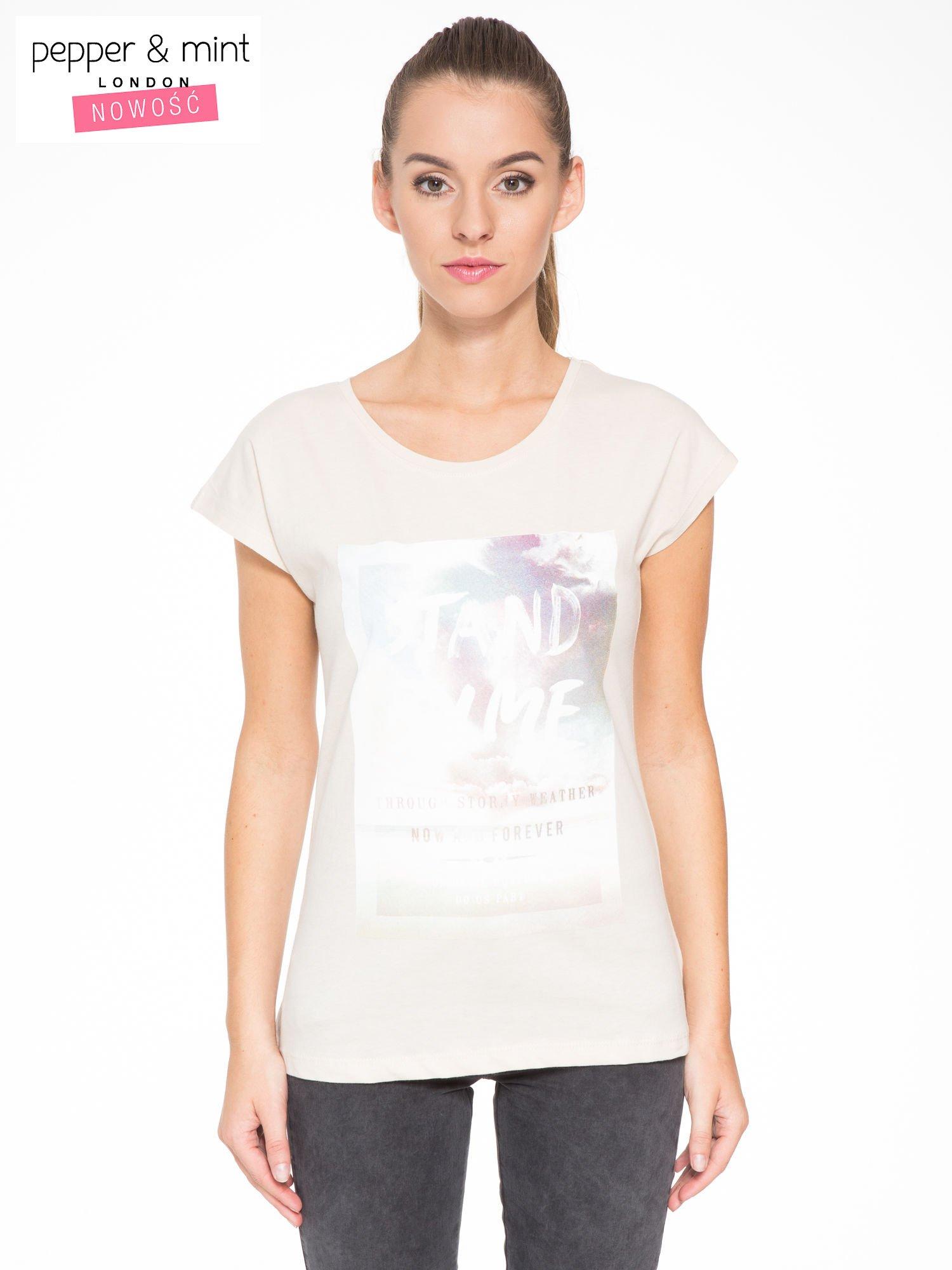 Beżowy t-shirt z napisem STAND BY ME                                  zdj.                                  1