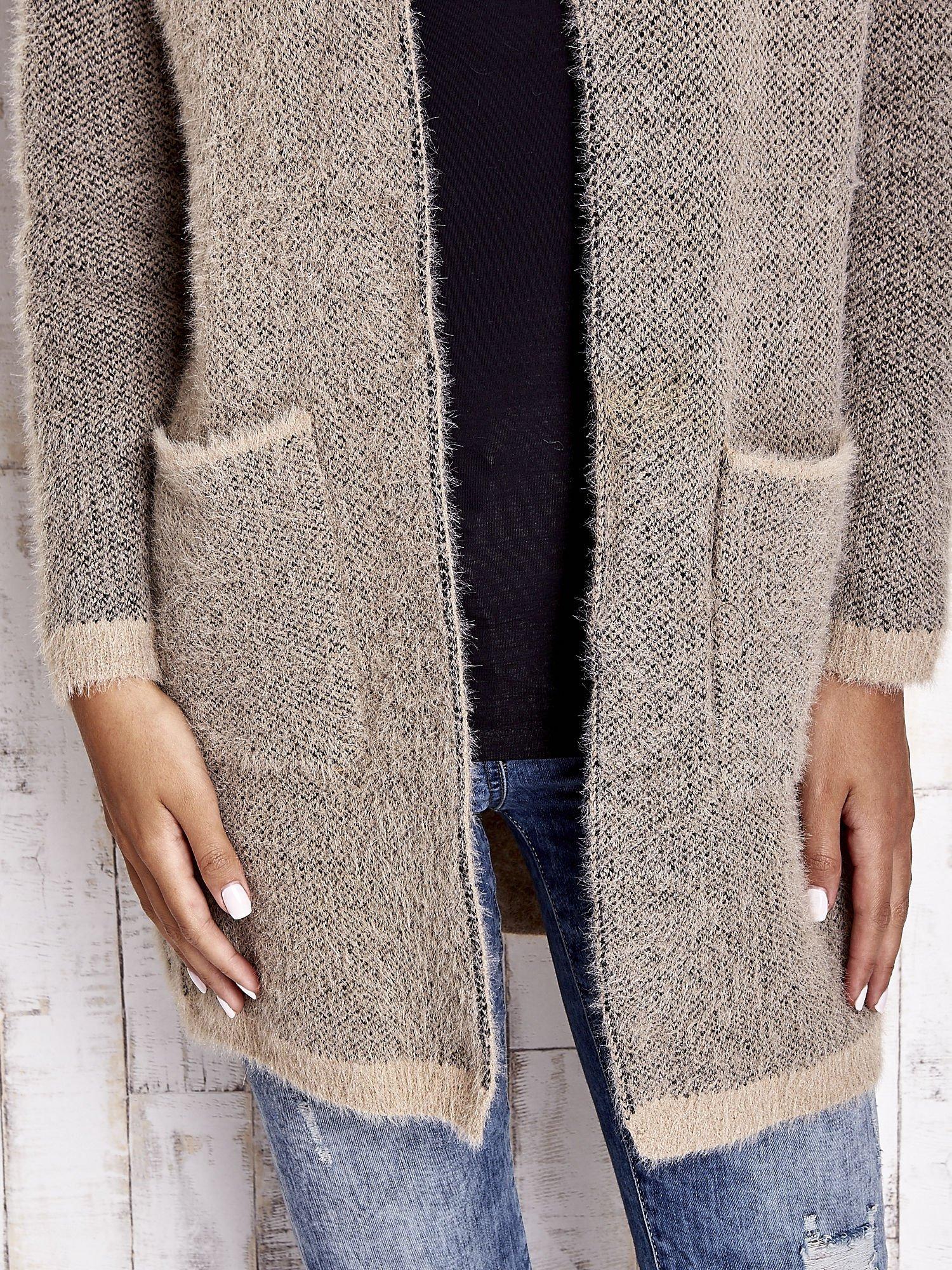 Beżowy włochaty sweter z otwartym dekoltem                                  zdj.                                  7